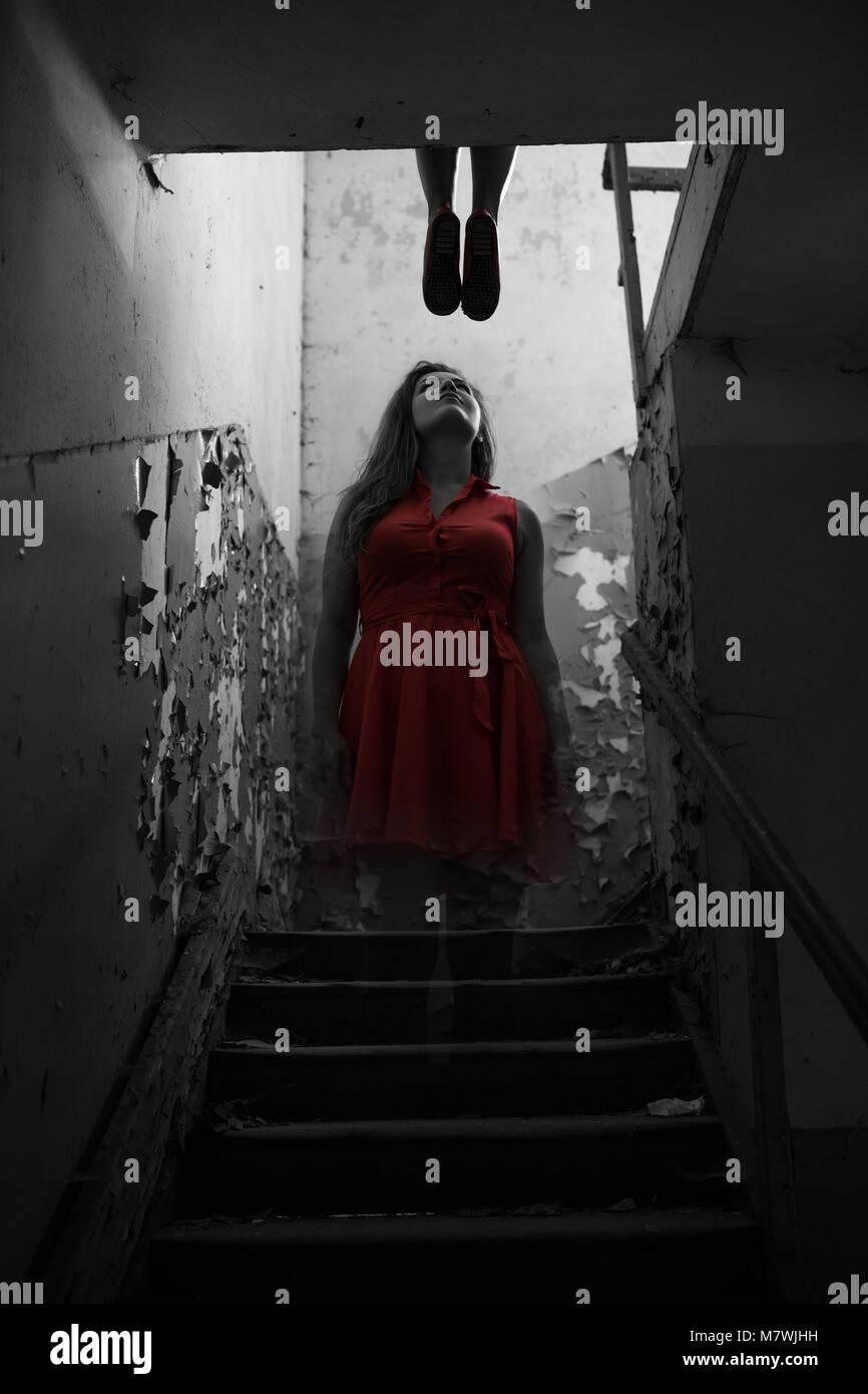 La ragazza di suicidio ghost in abito rosso mostra fino dopo la morte Immagini Stock
