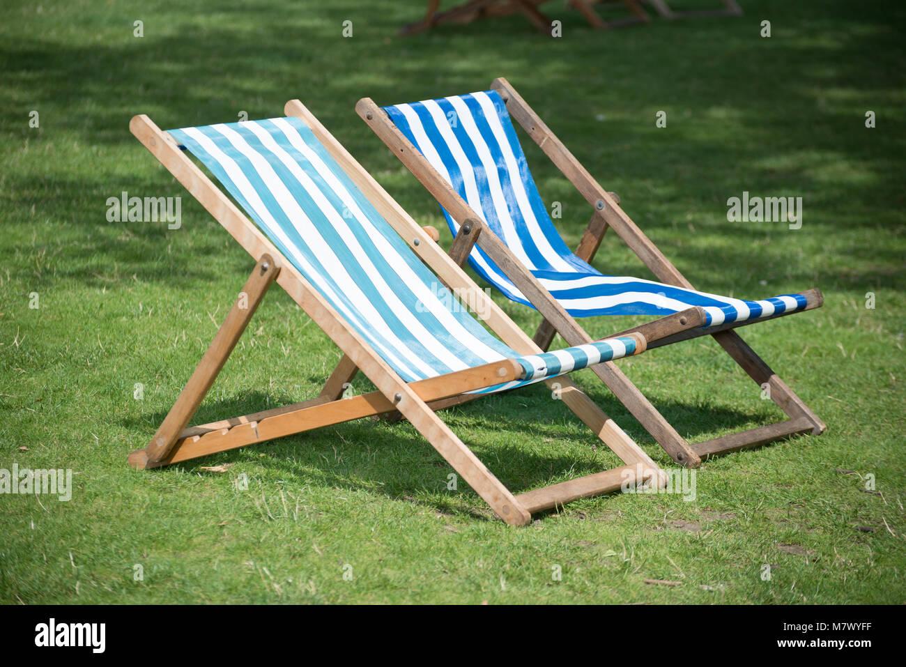 Sedia Sdraio In Inglese.Isolato Occupato Sedie A Sdraio Nel Giardino Inglese Foto Immagine