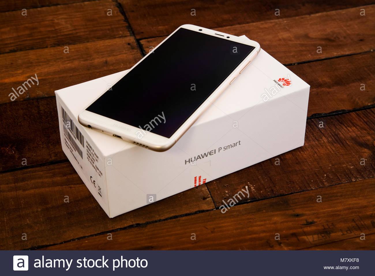 White Huawei P Smart Telefono Cellulare Con Imballaggio Sul Legno