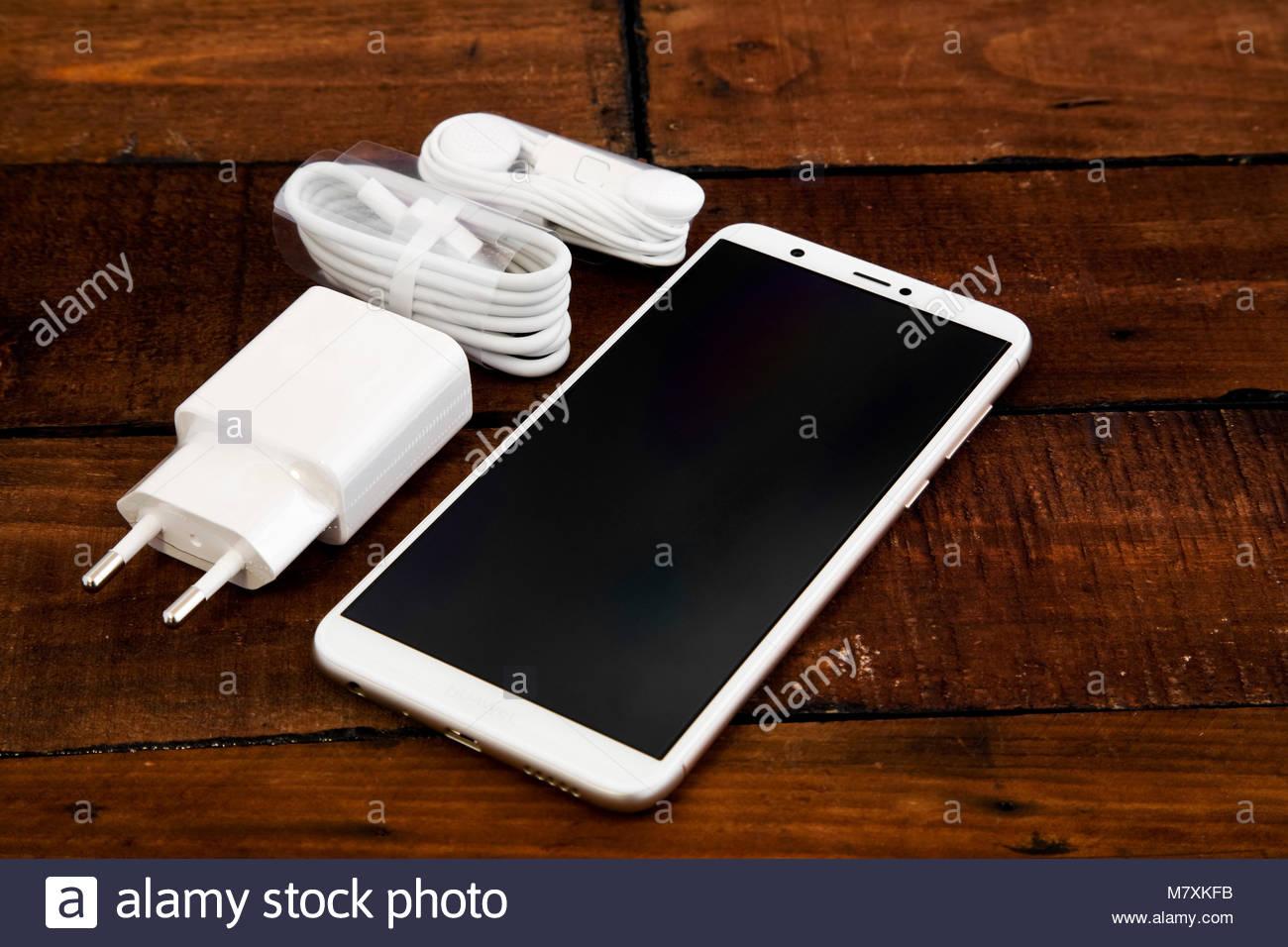 White Huawei P Smart Telefono Cellulare Con Accessori In Legno
