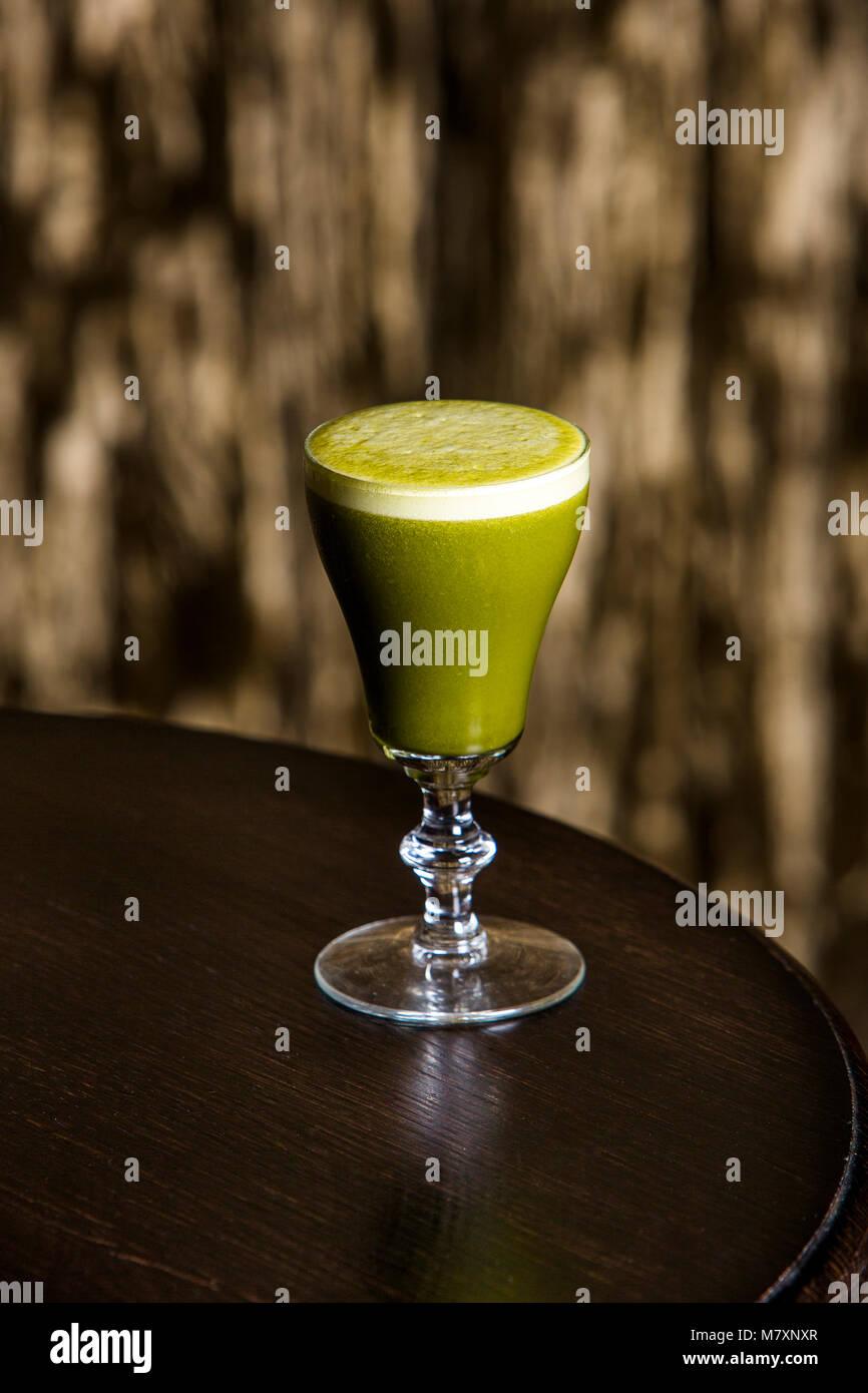 Mocktail, Matcha sour alcol cocktail gratuito raffigurata nel sofisticato lounge bar. Immagini Stock