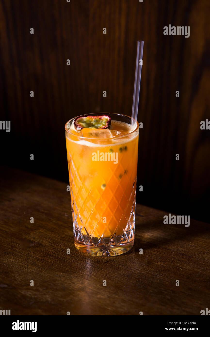 Mocktail, pesca e melograno alcool julep cocktail gratuito raffigurata nel sofisticato lounge bar. Immagini Stock