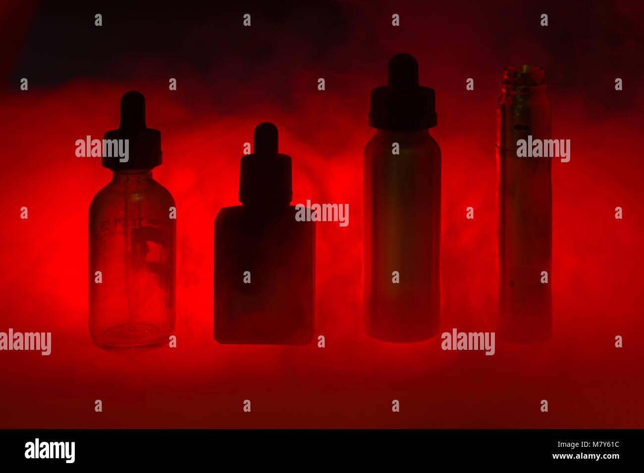 E Sigaretta Con Tre E Liquido Nel Fumo Su Un Colore Rosso Scuro