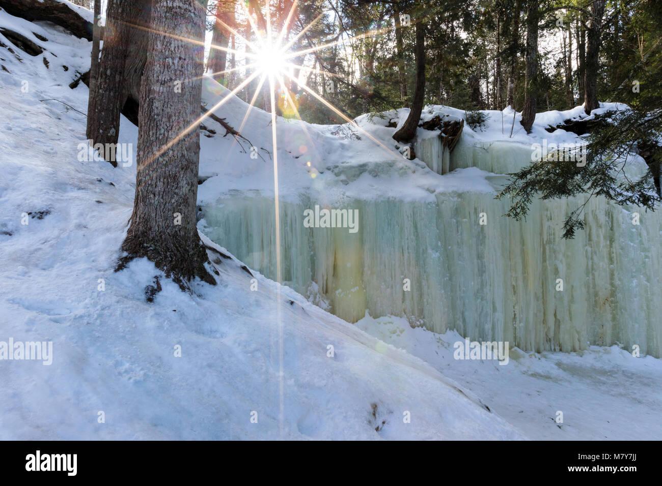 Eben le grotte di ghiaccio nella Penisola Superiore del Michigan. Versare su una sporgenza di roccia, come una cascata, Immagini Stock