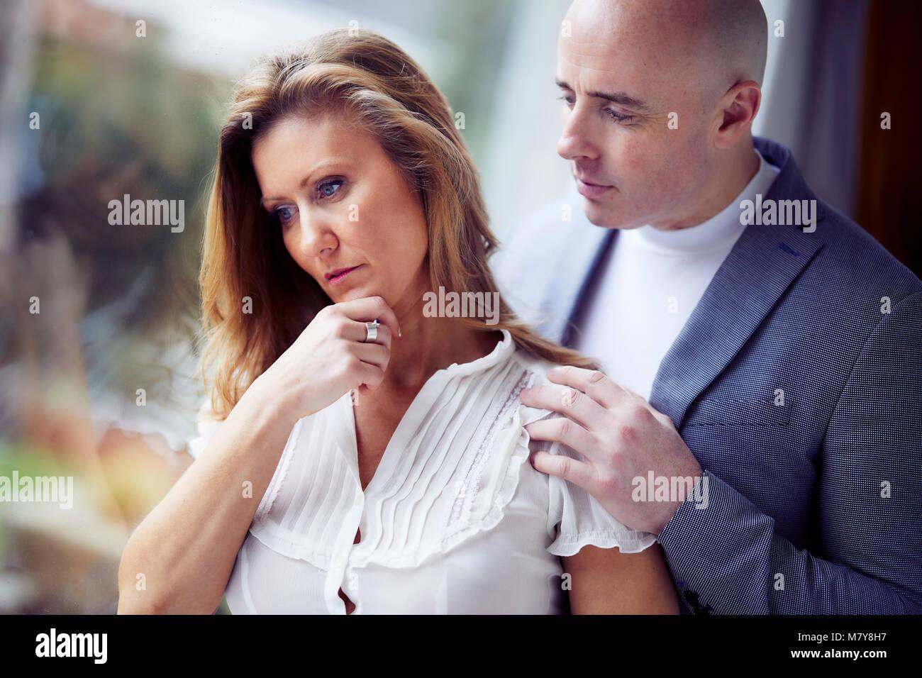 L'uomo consolante partner Immagini Stock