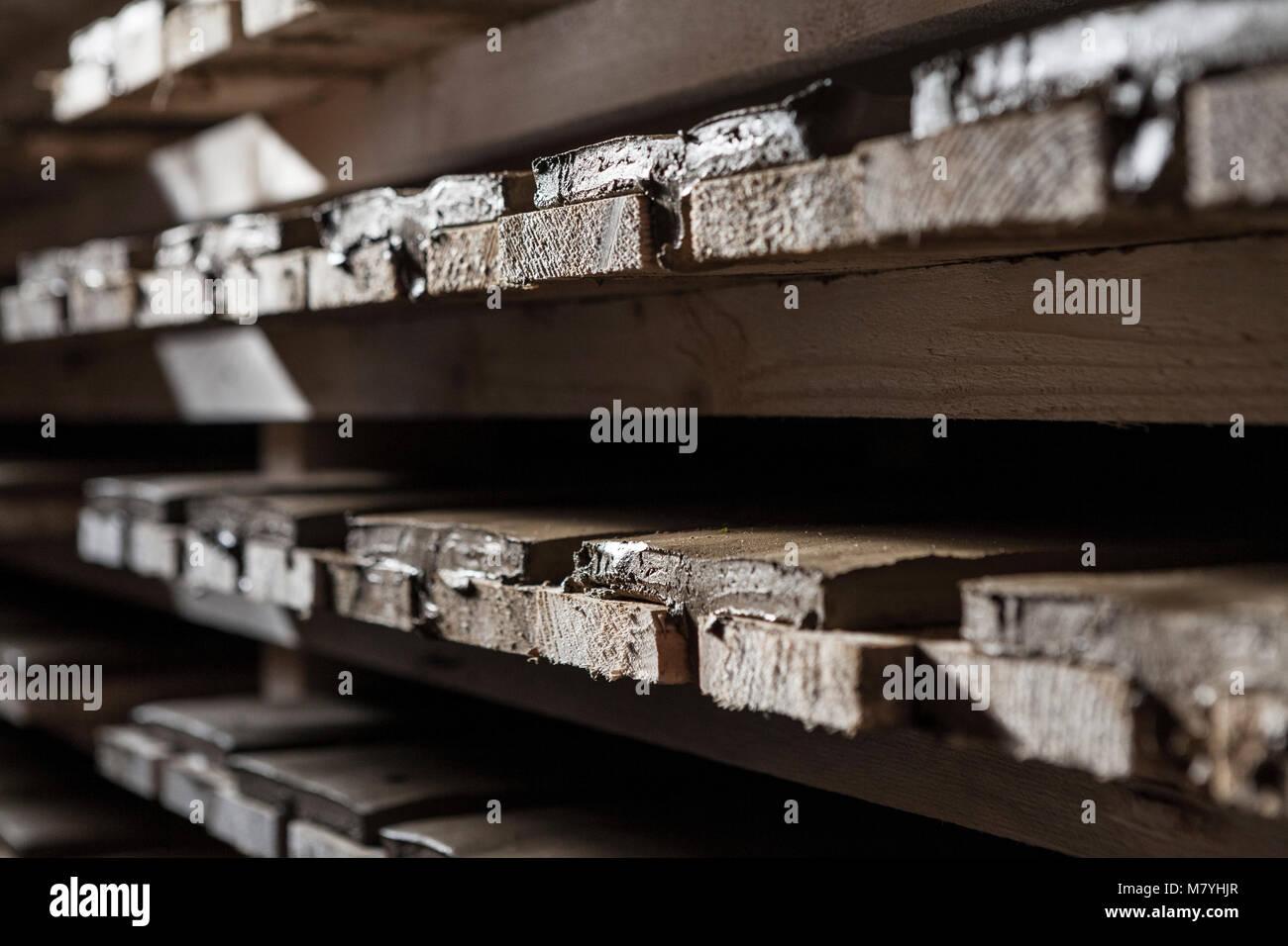 Tetto di argilla piastrelle impilate su ripiani pronto per essere