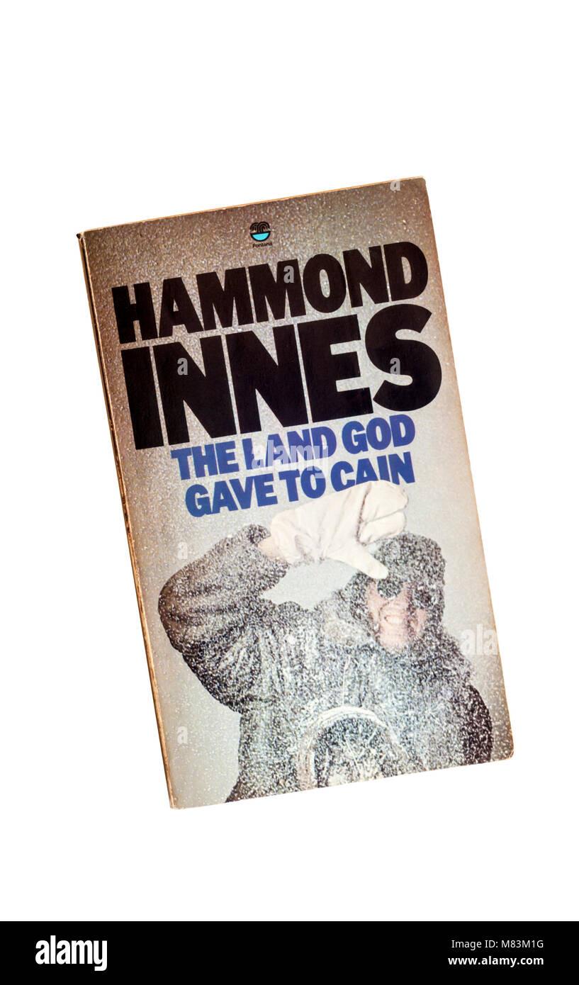 Un paperback copia della terra Dio diede a Caino da Hammond Innes. In primo luogo pubblicato in 1958. Immagini Stock
