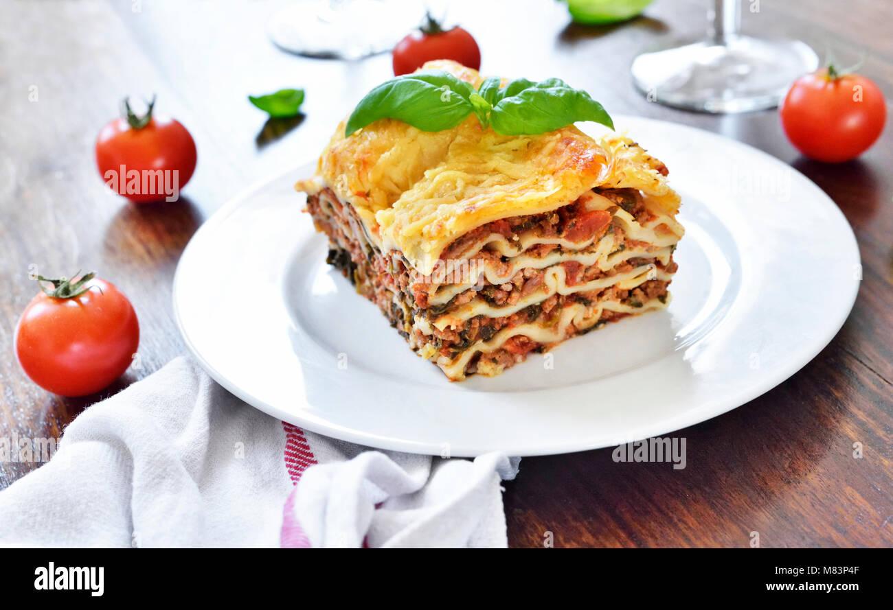 Carni fresche lasagne, lasagne alla bolognese, piatto di pasta su ...
