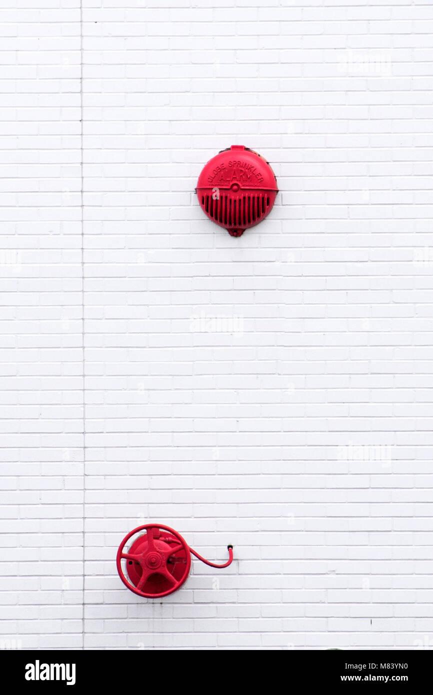 Muro Bianco con particolari rossi Immagini Stock