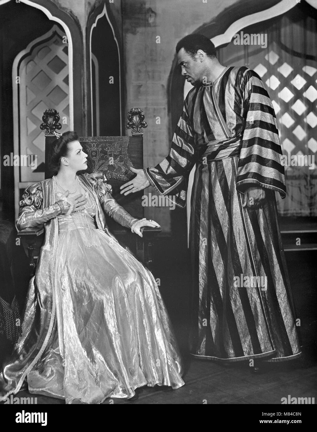 Otello. L'attore e cantante Paul Robeson (1898-1976) come Otello e Uta Hagen come Desdemona in un 1943/4 Broadway Immagini Stock