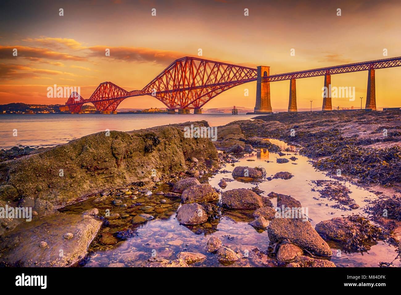 Il Forth Bridge, Scozia, crogiolarsi nella bassa inverno mattina sun. Immagini Stock