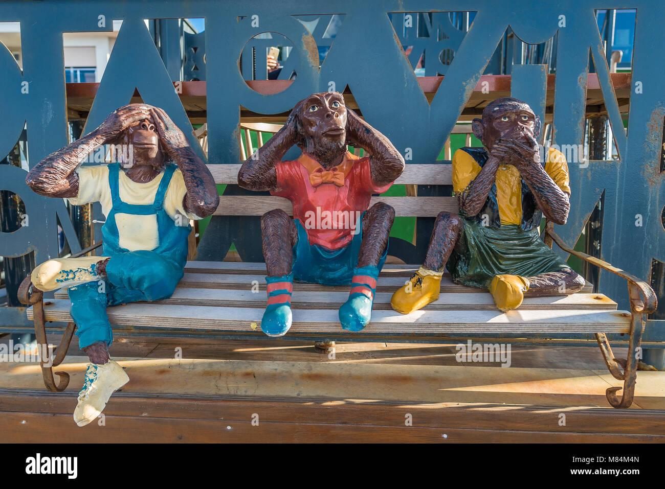 Tre Scimmie su un banco, scultura Immagini Stock