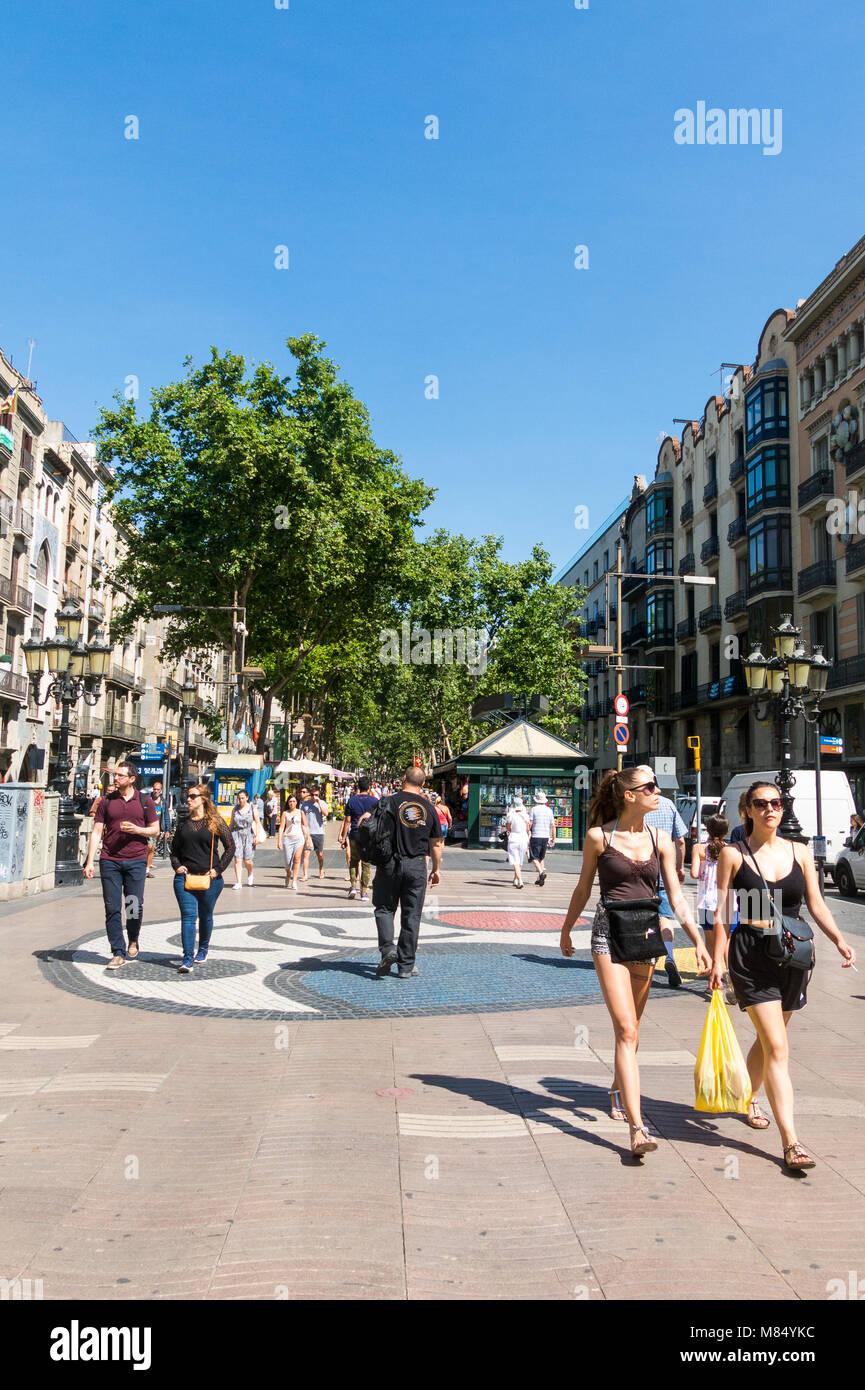 Joan Miro il Pla de l'os mosaico in La Rambla il 2 settembre 2017 a Barcellona, Spagna. Migliaia di persone Immagini Stock