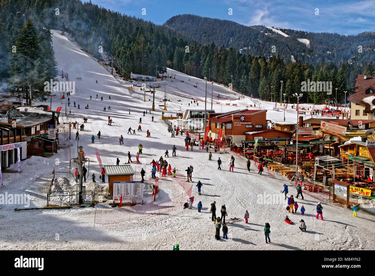 Principianti trascina sollevare e piste baby a Borovets Ski Resort, Targovishte, Bulgaria. Immagini Stock