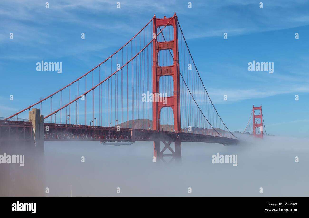 Bassa spessa nebbia formata sotto il Golden Gate Bridge di San Francisco, California, Stati Uniti, su un inizio Immagini Stock