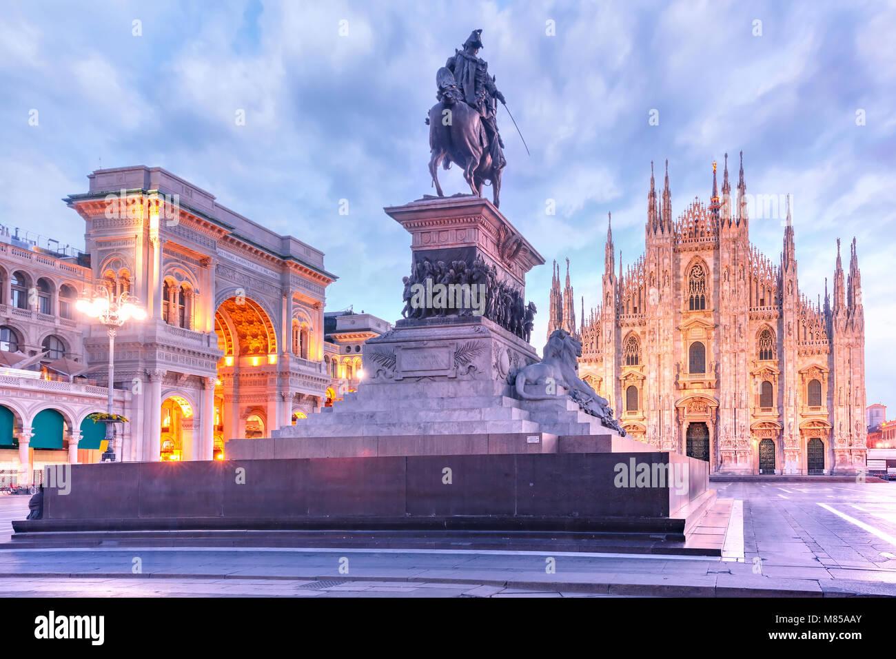 Di notte la piazza del Duomo di Milano, Italia Immagini Stock