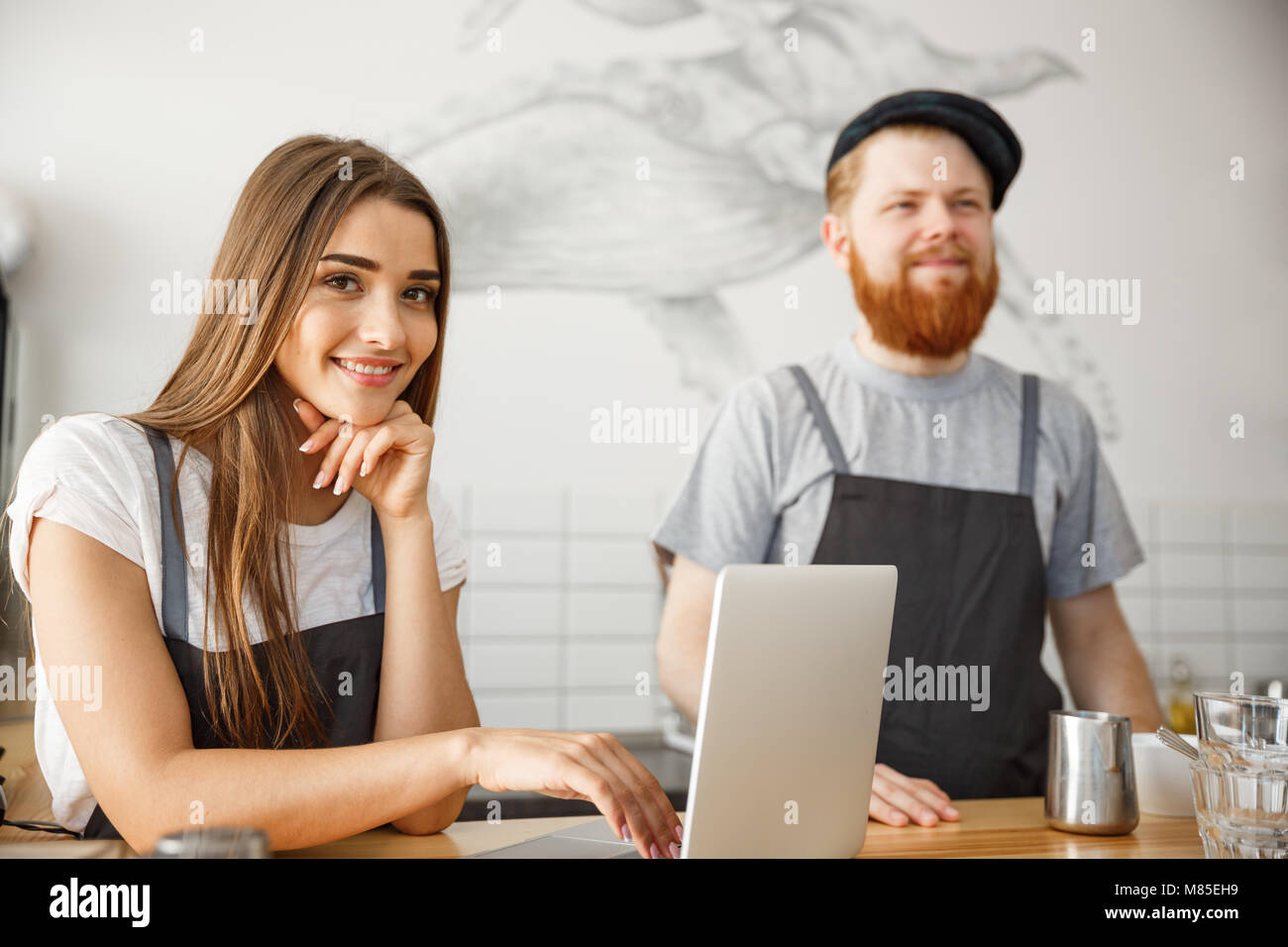 Caffè il concetto di Business - Ritratto di small business partner di lavoro insieme a loro coffee shop Immagini Stock
