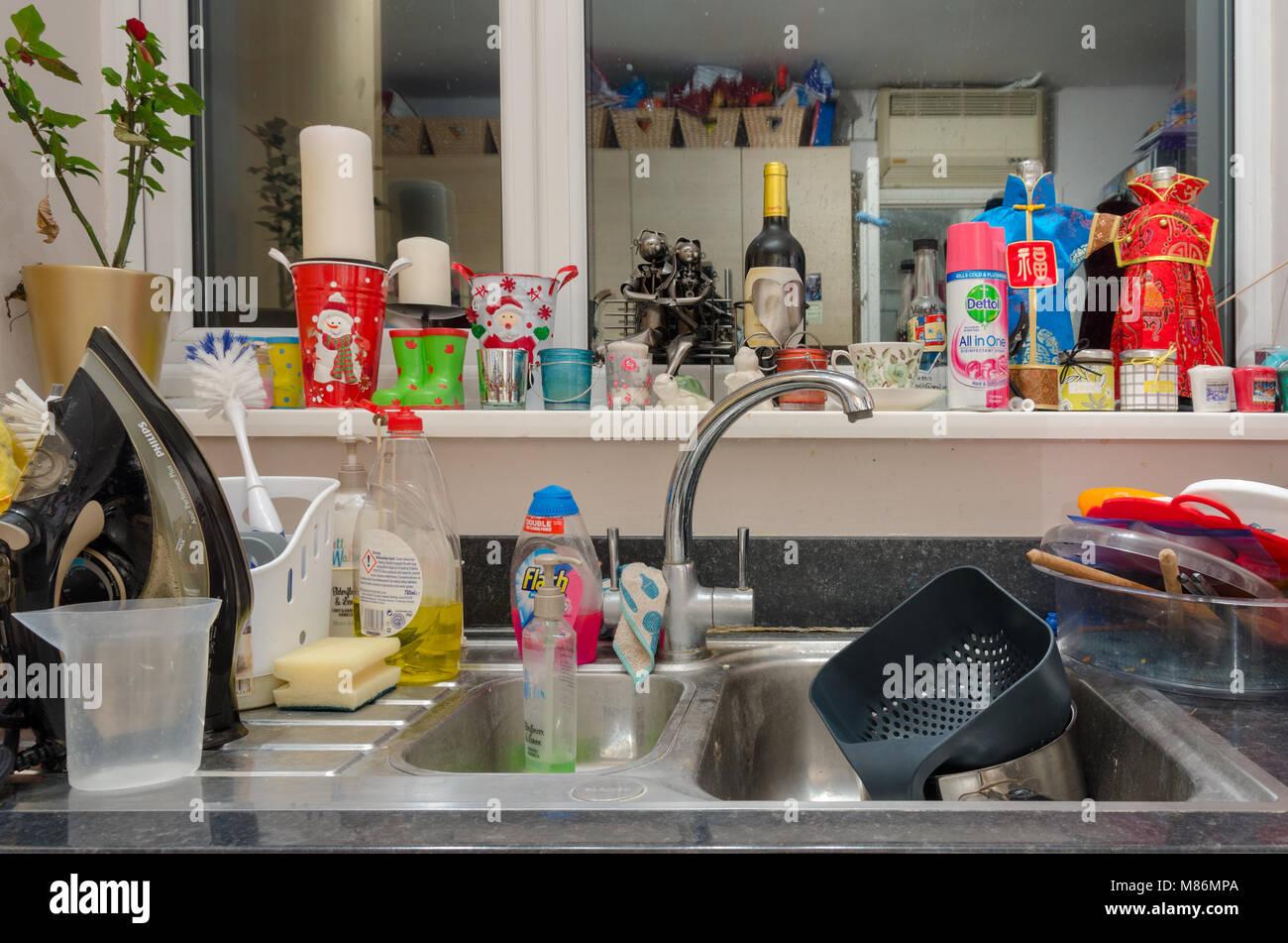 Pulizia Ferro Da Stiro un lavello da cucina ingombra di lavaggio fino, un ferro da