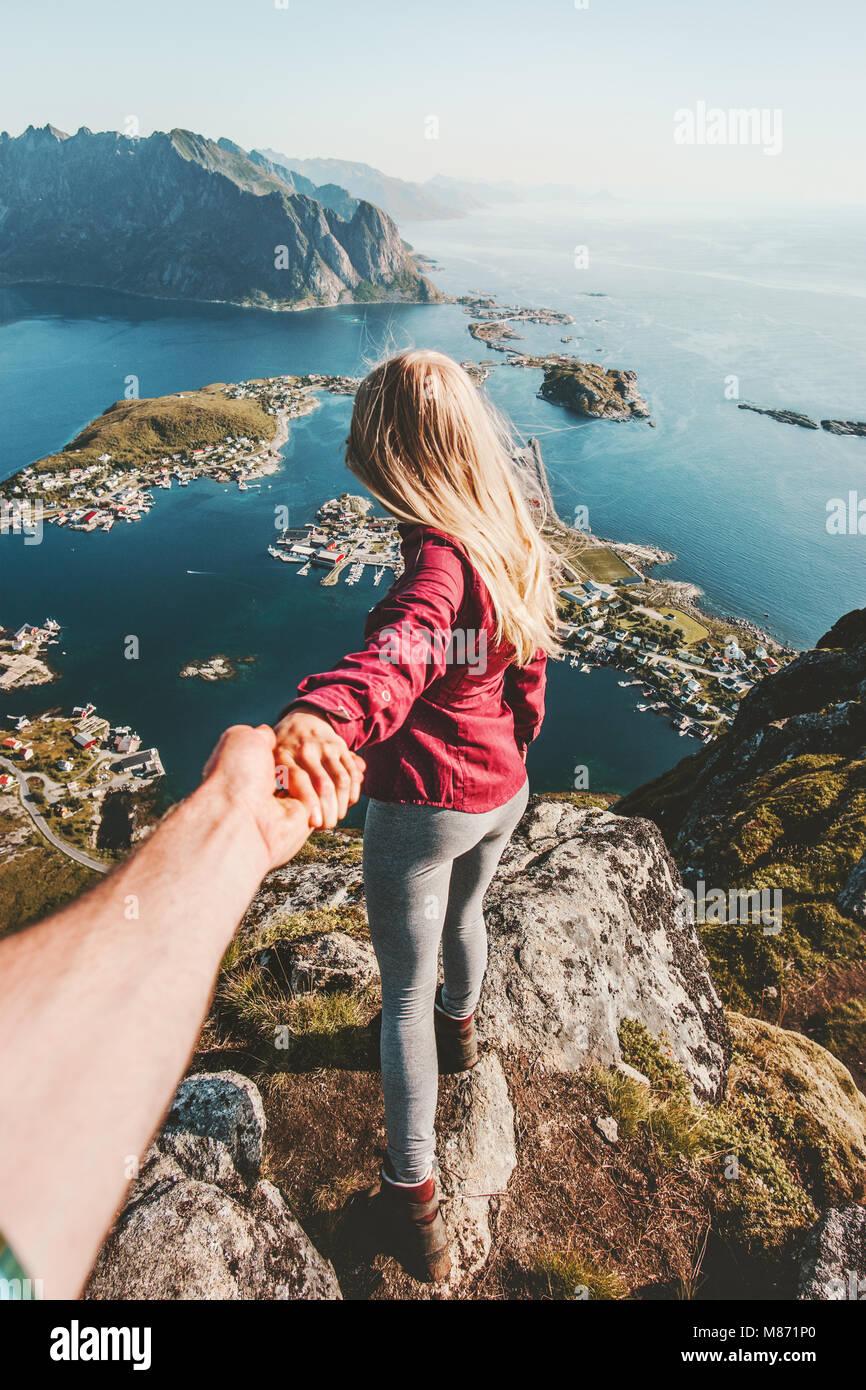 Giovane seguire tenendo le mani in viaggio lifestyle sulla scogliera estate montagna vacanze outdoor in Norvegia Immagini Stock