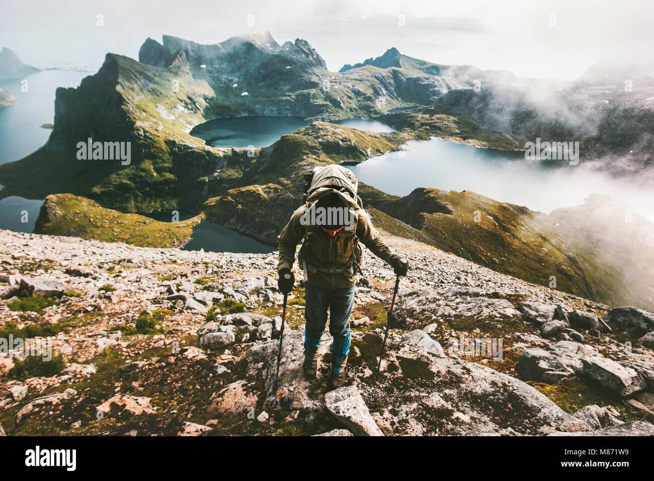 Uomo di viaggiatori la scalata al monte Hermannsdalstinden top in Norvegia viaggiare lifestyle adventure concept Immagini Stock