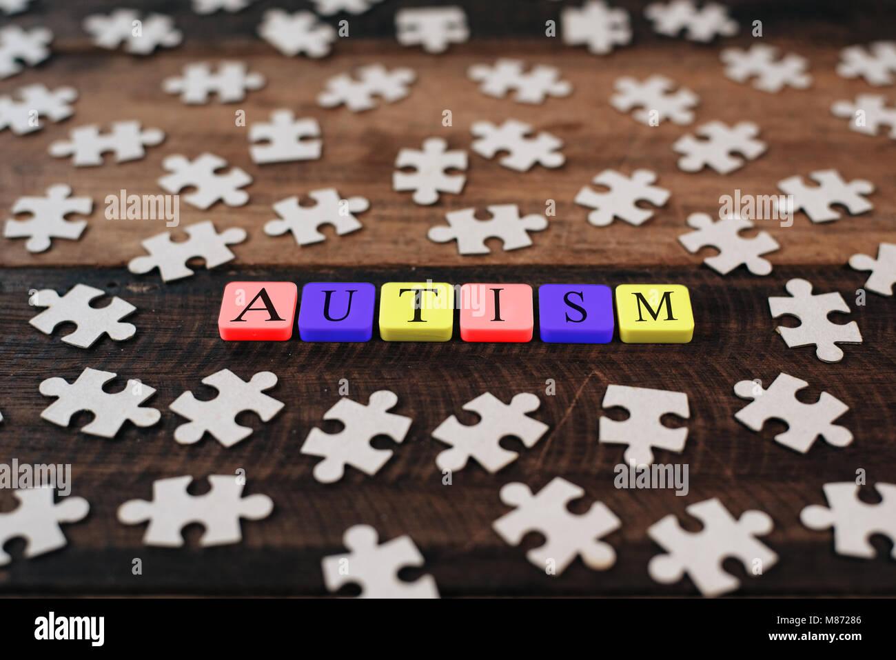 Colorato puzzle alfabeto e piastrelle con autismo word concetto