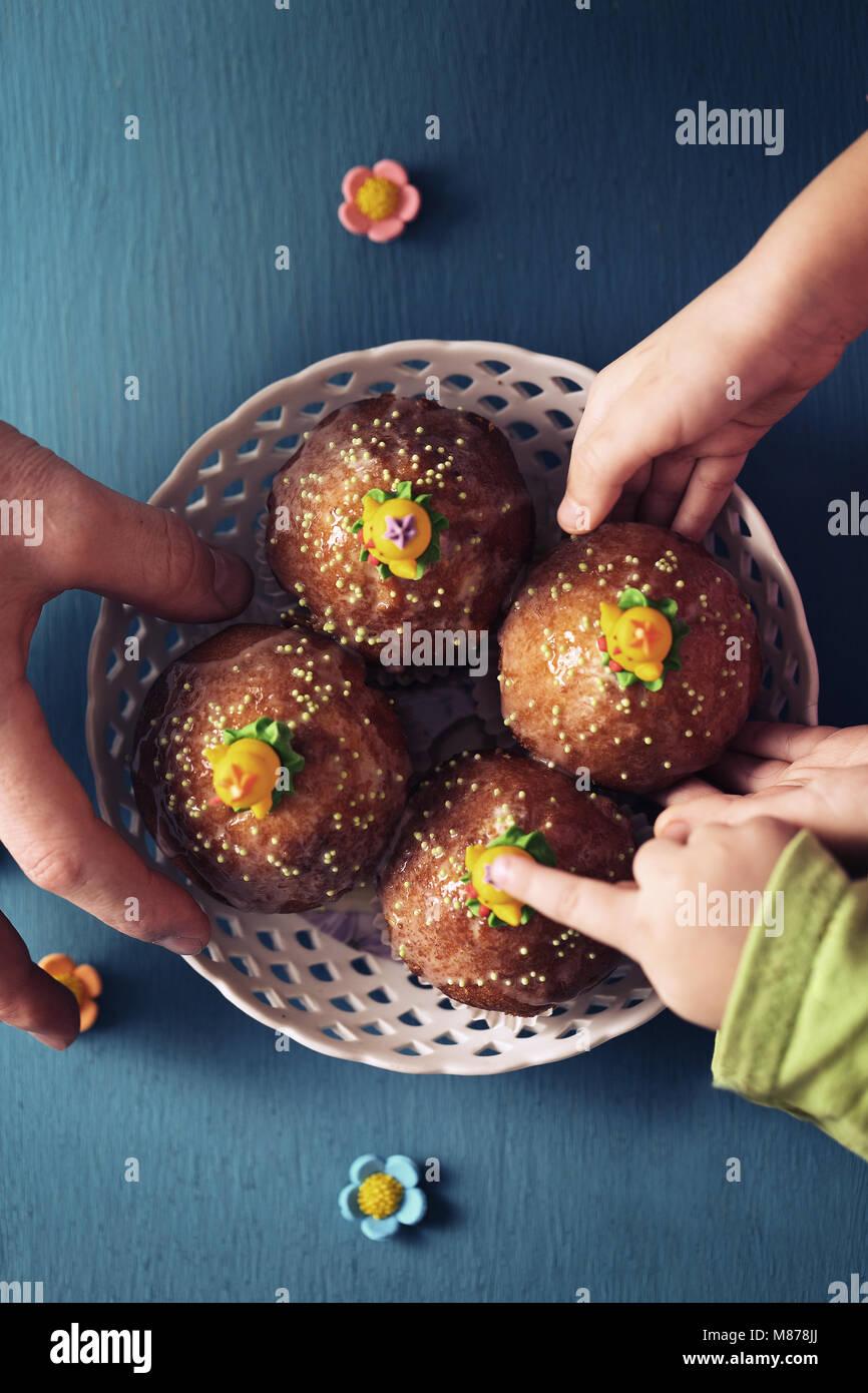Famiglia tratta con tortine Foto Stock
