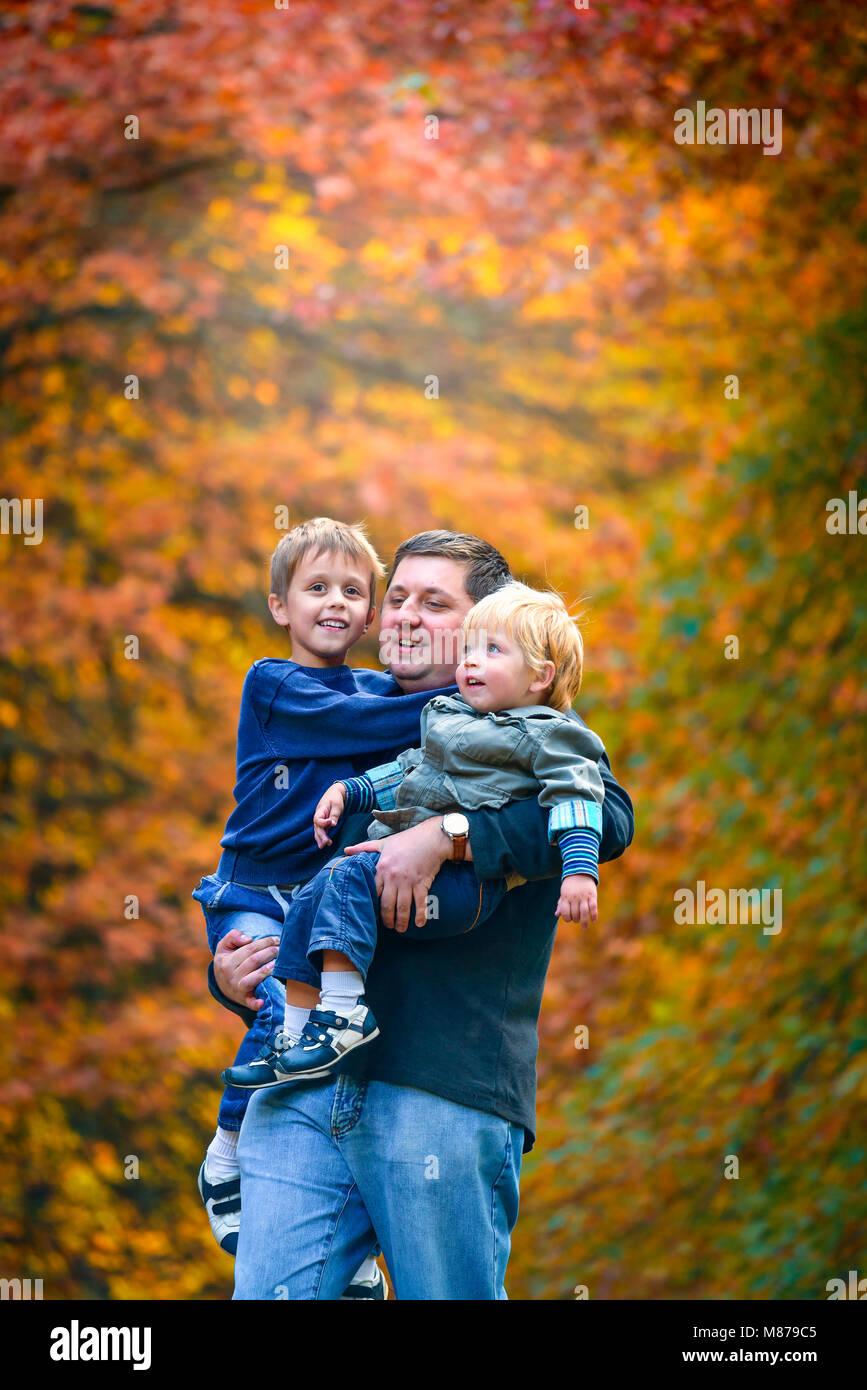 Padre a piedi con i suoi figli in autunno park, Sud Australia Immagini Stock
