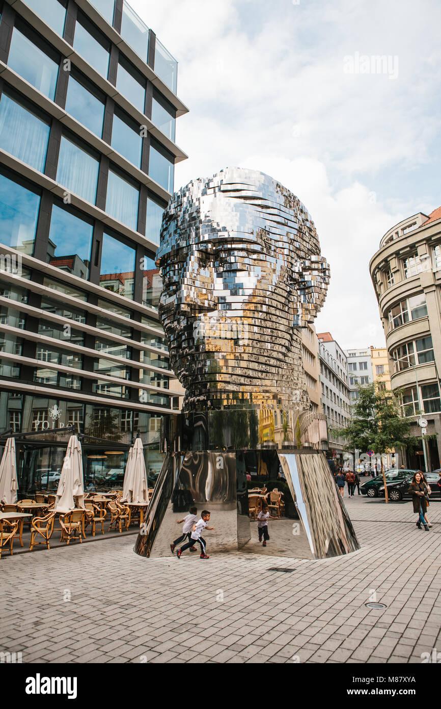 Praga, 25 Settembre 2017: la scultura di Franz Kafka sorge nei pressi del centro commerciale chiamato Quadrio sopra la stazione della metropolitana, che è chiamato Narod Foto Stock