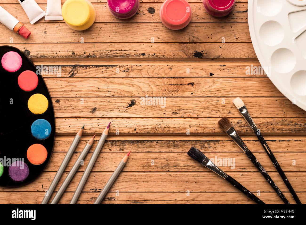 Verniciare Un Tavolo Di Legno pronti per la verniciatura. materiali artistici: acquerelli