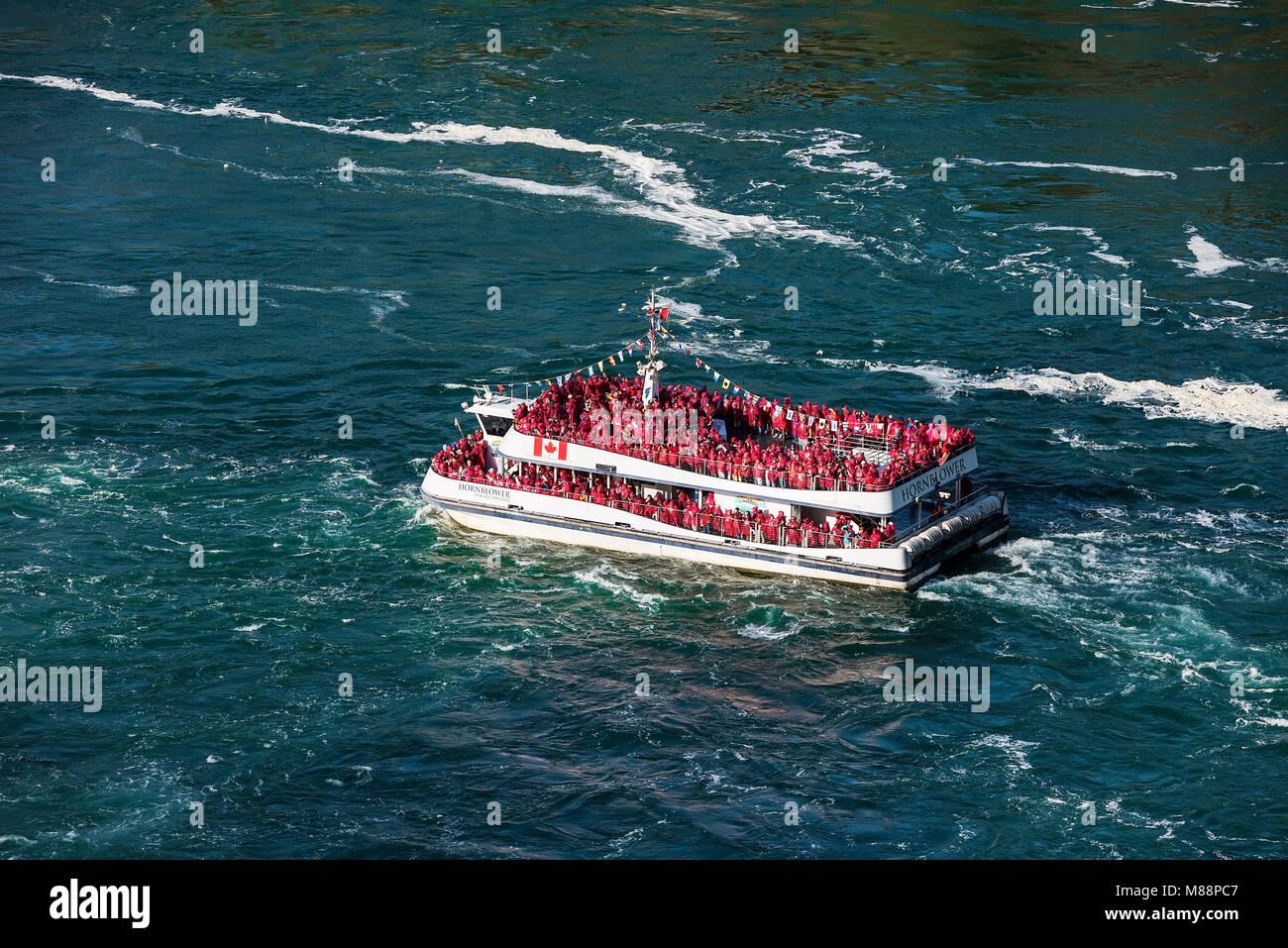 Escursioni barca si avvicina Horseshoe Falls, Cascate del Niagara, in Ontario, Canada Immagini Stock