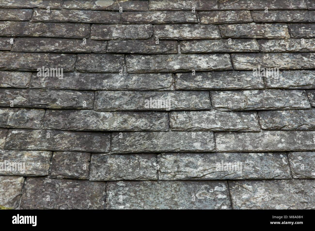 Vecchi pavimenti in piastrelle di ardesia su un tetto di un