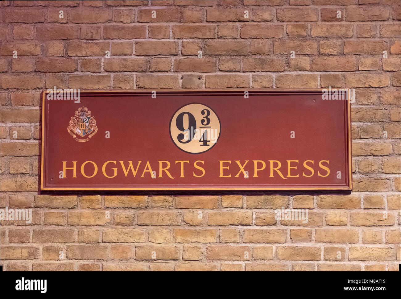 LEAVESDEN, Regno Unito - 24 FEBBRAIO 2018: piattaforma 9 e tre quarti segno di Hogwarts Express presso la realizzazione Immagini Stock