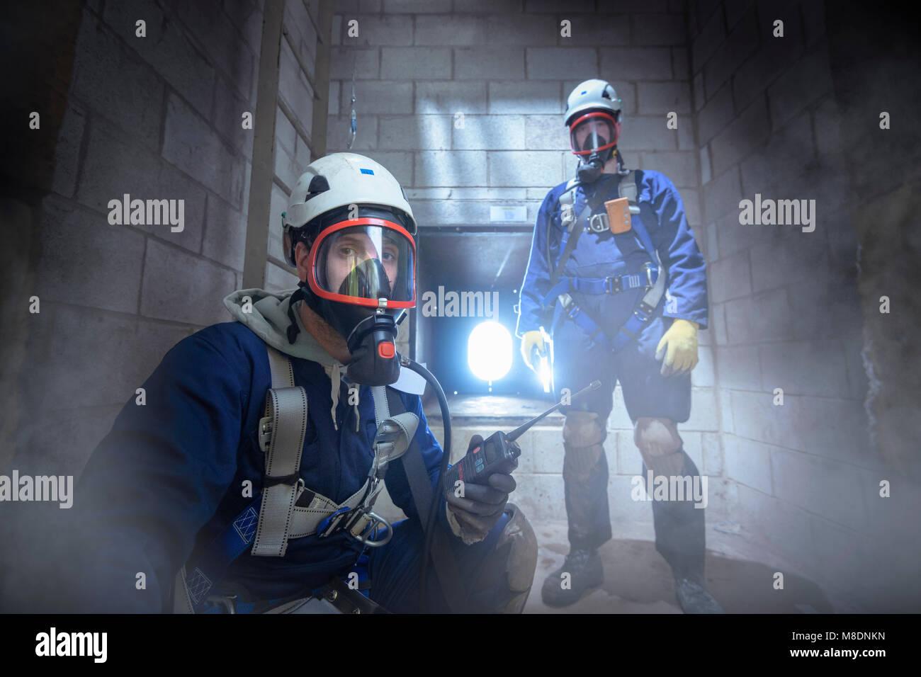 Gli ingegneri apprendisti nello spazio racchiuso formazione antincendio Immagini Stock