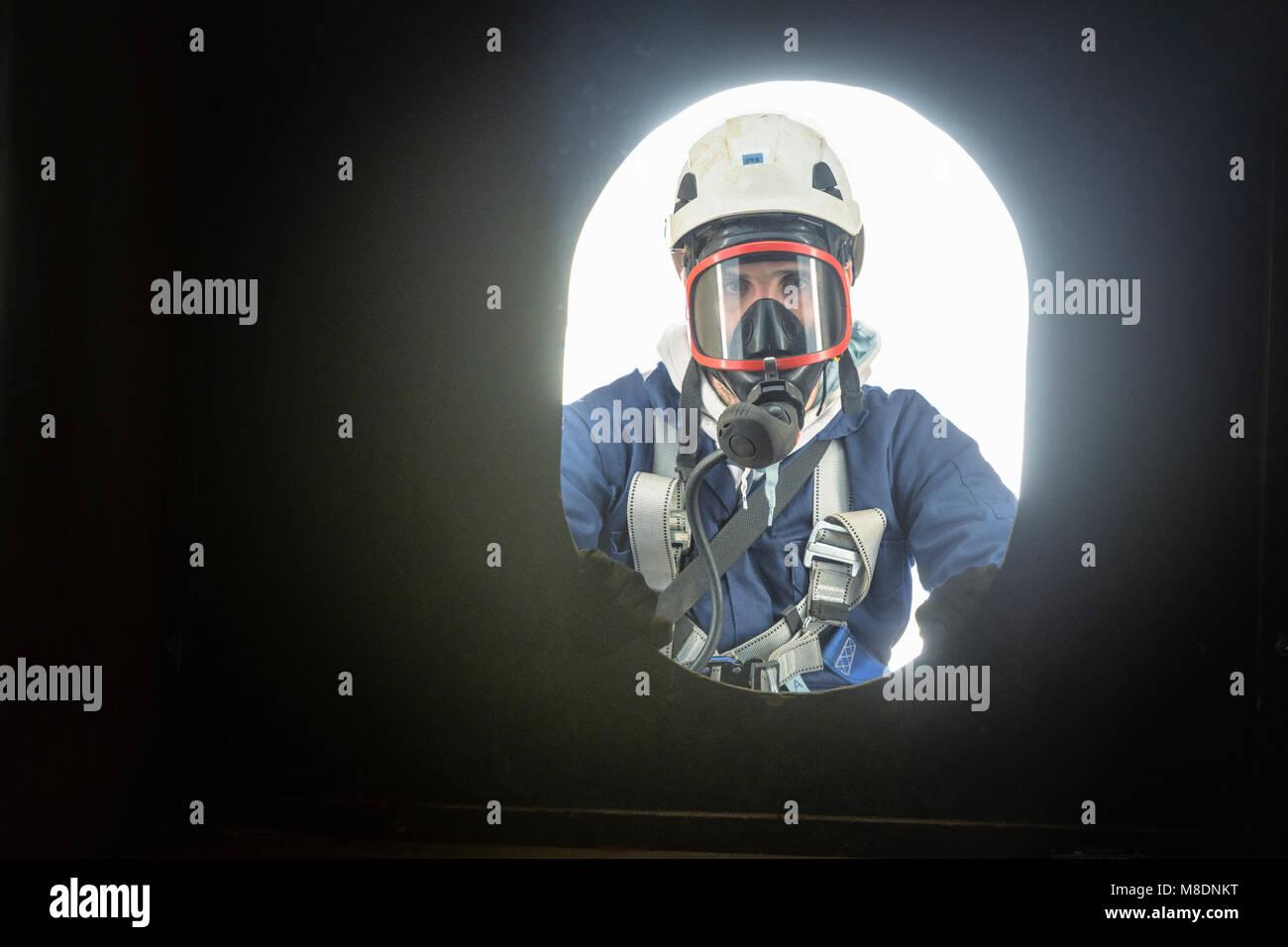 Apprendista ingegnere in uno spazio chiuso di formazione antincendio Immagini Stock