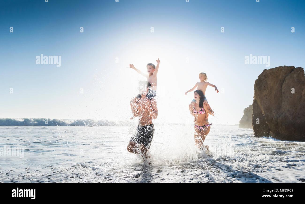 La famiglia gioca su El Matador Beach, Malibu, STATI UNITI D'AMERICA Immagini Stock