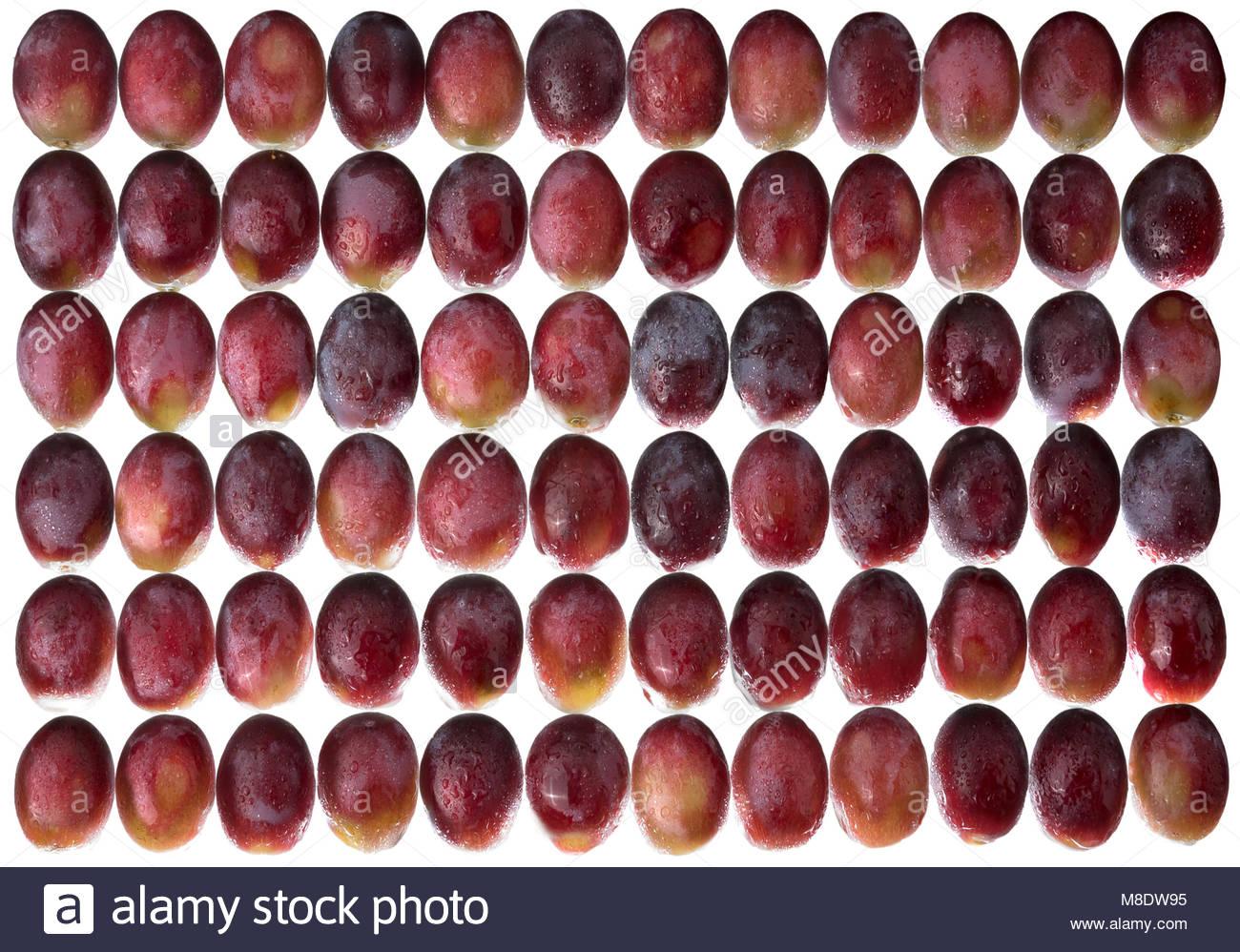 Le uve rosse in un disegno geometrico. Retroilluminati e di acqua spruzzata per un'immagine luminosa. Immagini Stock