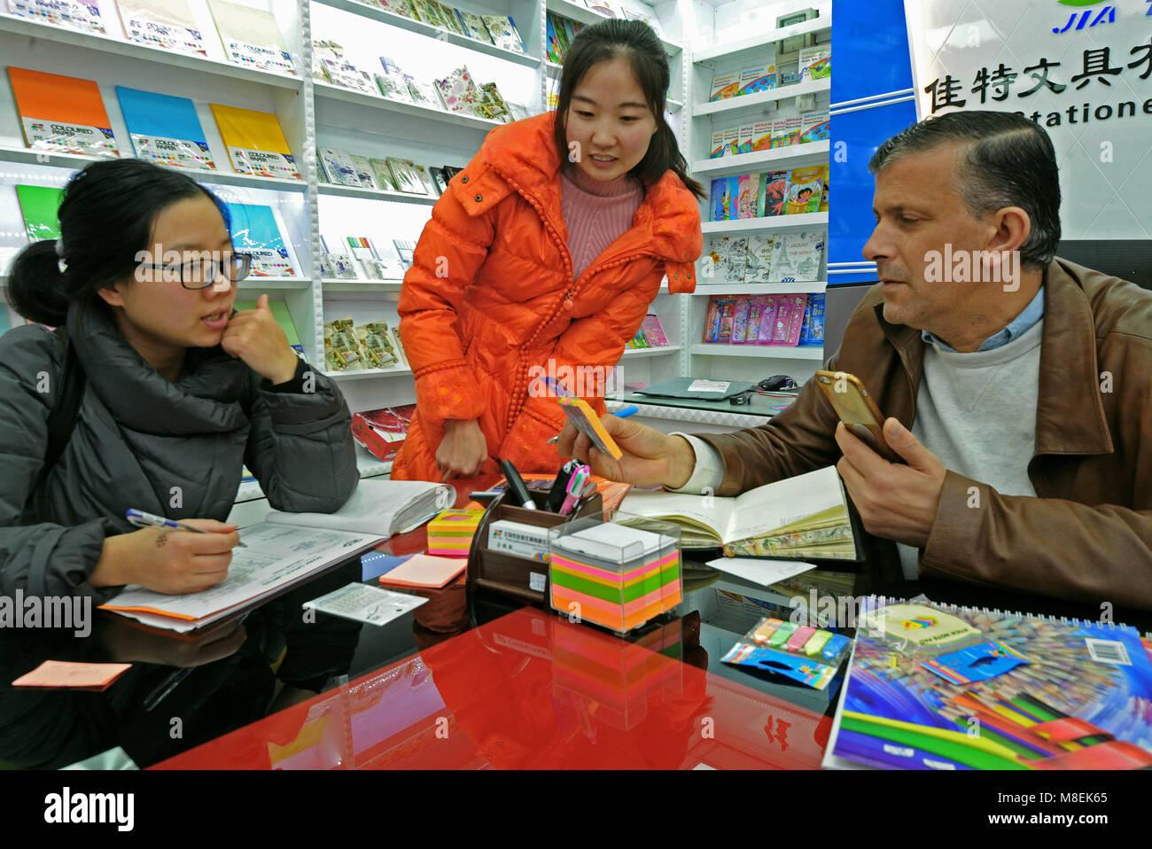 (180317) -- YIWU, Marzo 17, 2018 (Xinhua) -- imprenditore pakistano Yousef Hamurerwi (1t R) seleziona stationeries Immagini Stock