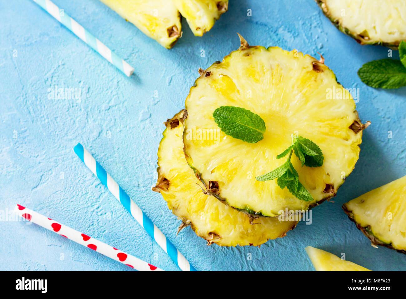 Fetta di fresco ananas su sfondo di pietra o ardesia con copia spazio. Concetto di cibo. Vista superiore piatta Immagini Stock