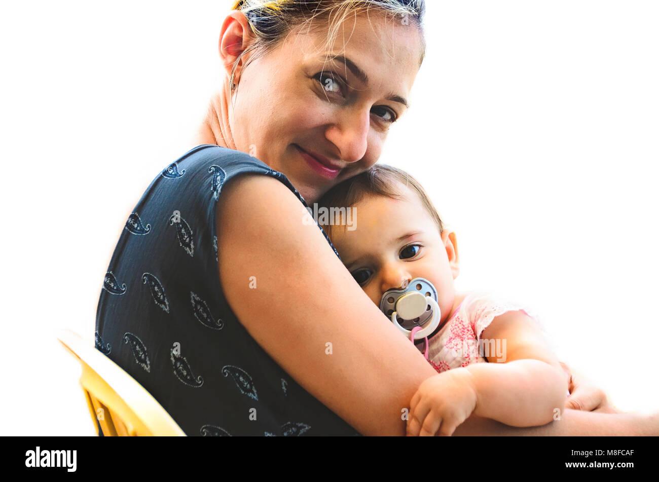 Abbraccio neonato mamma sonno sorriso donna madre coccola il bambino innocente ragazza succhietto Immagini Stock