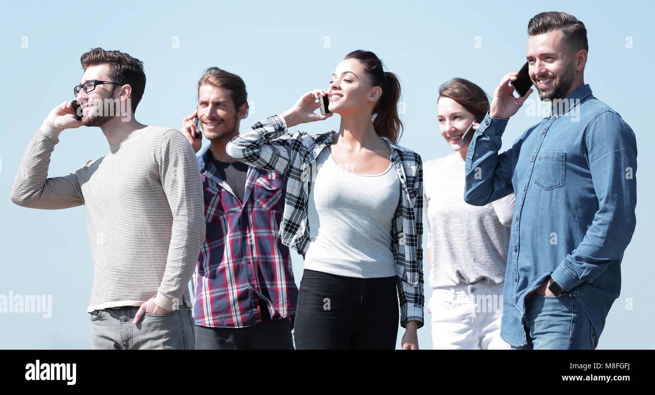 Primo piano di un gruppo di giovani con gli smartphone. Immagini Stock