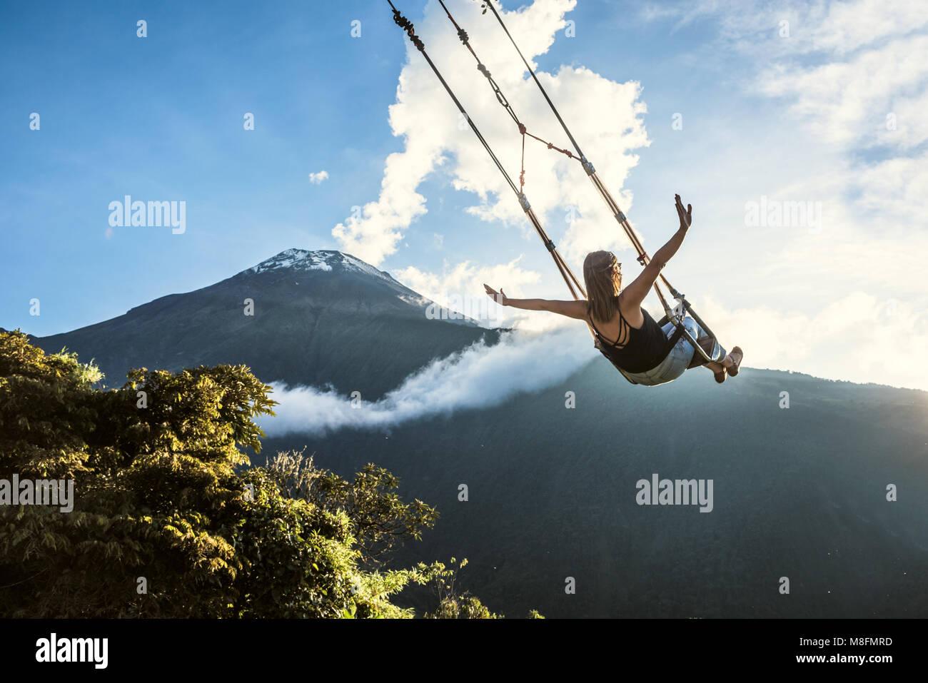Banos, Ecuador - 22 Novembre 2017: lo swing alla fine del mondo si trova a Casa Del Arbol, il Tree House In Banos Immagini Stock