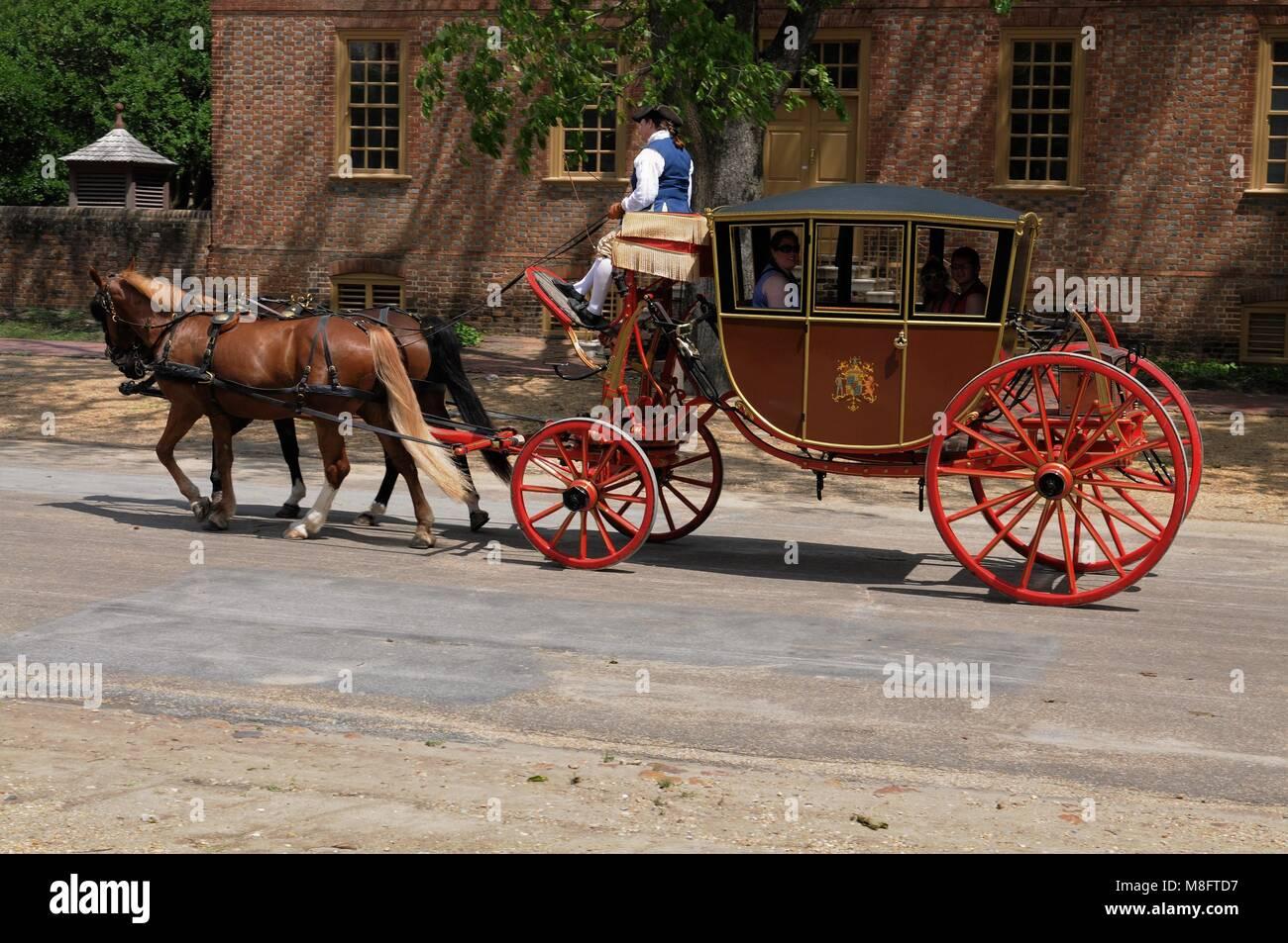 Carro trainato da cavalli cavalcare giù lungo la strada di Colonial Williamsburg, Virginia Immagini Stock