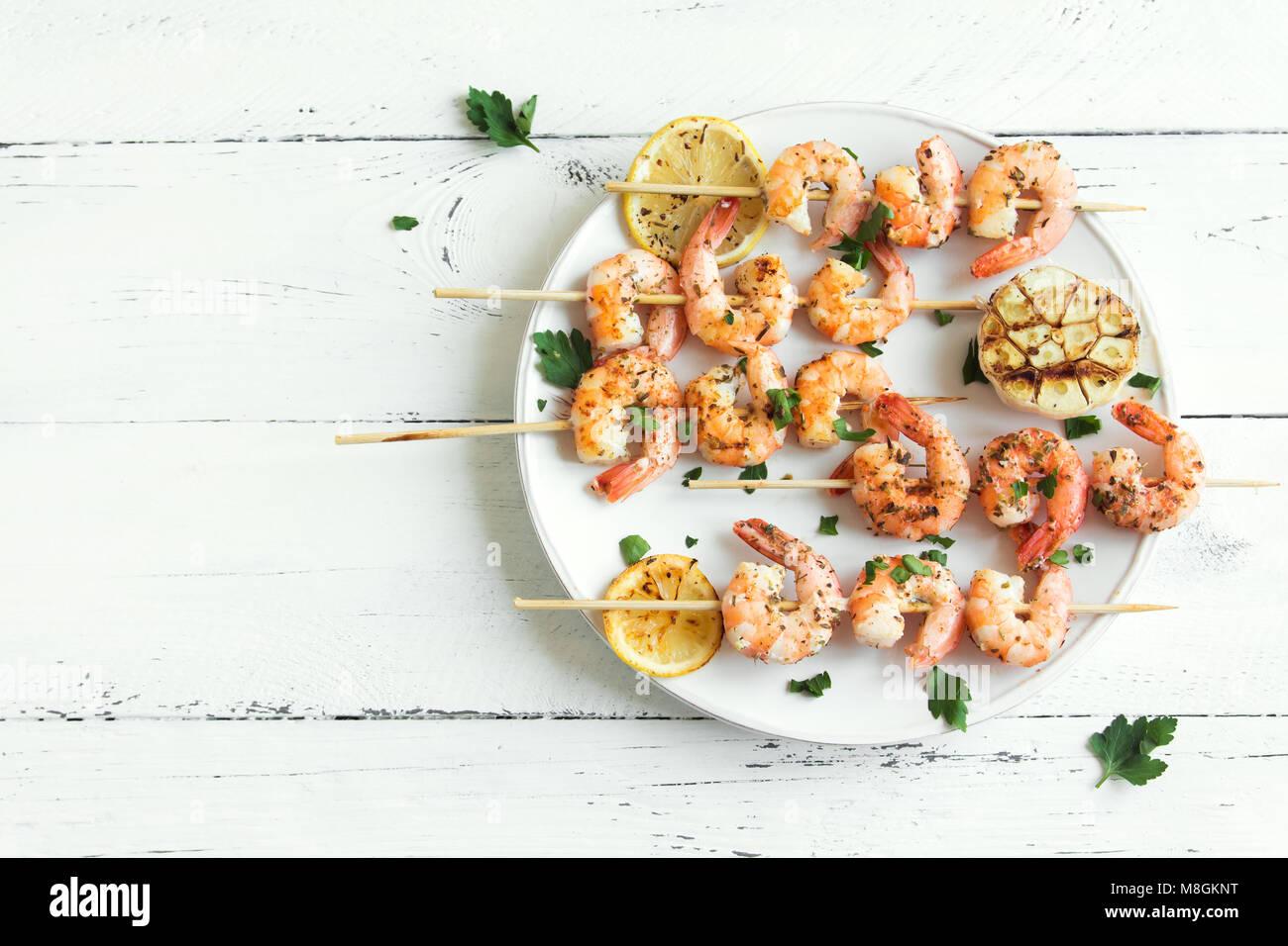Grigliata di gamberi spiedini. Frutti di mare, shelfish. Gamberi spiedini con spezie e erbe aromatiche fresche in Immagini Stock