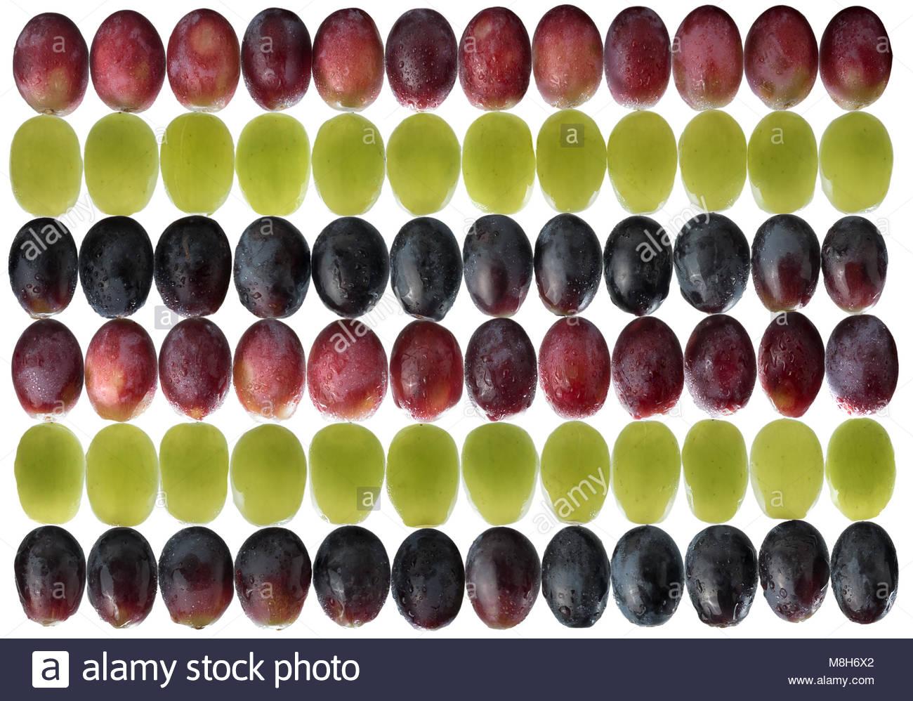 Bianco, uve nere e rosse in un disegno geometrico. Retroilluminati e di acqua spruzzata per un'immagine luminosa. Immagini Stock