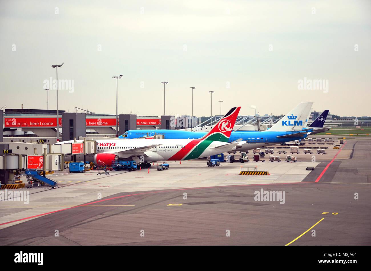 Aeroporto di Amsterdam, Paesi Bassi - 4 Settembre 2017: vista dell'aeroporto di Amsterdam e aereo di linea di Immagini Stock