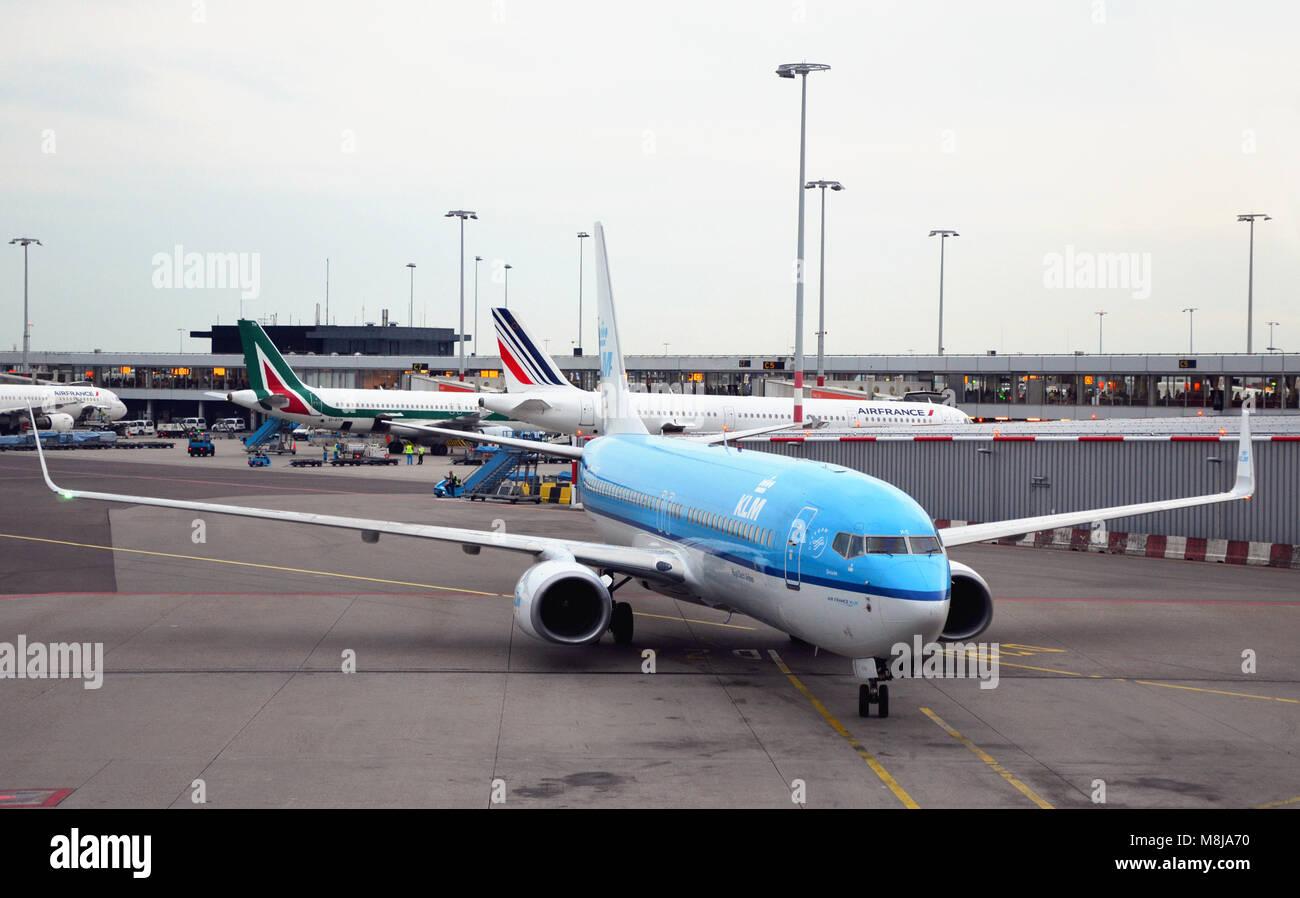 Aeroporto di Amsterdam, Paesi Bassi - 4 Settembre 2017: vista dell'aeroporto di Amsterdam e con piani di KLM Immagini Stock