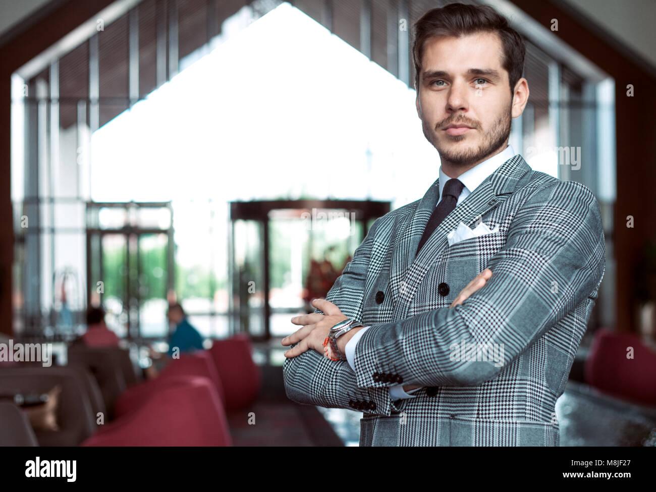 Vestito Elegante Ufficio : Elegantemente vestito imprenditore sorridente in ufficio moderno