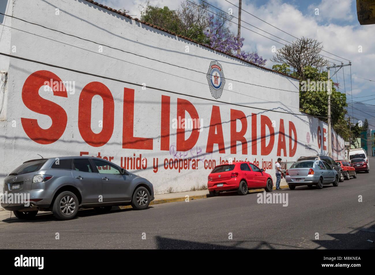 """Oaxaca Oax., Messico - lo slogan """"olidaridad' (solidarietà) su una parete sotto un governo di Oaxaca Immagini Stock"""