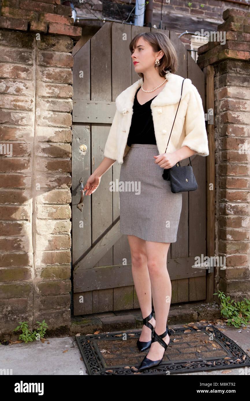 innovative design c1e32 5c24c Un ben vestito donna con capelli castani, rossetto rosso ...