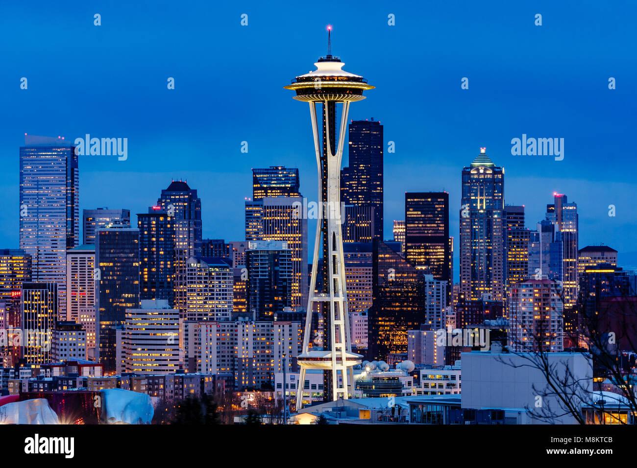 Lo Space Needle a Seattle di notte da Kerry Park , lo Space Needle costruito per la fiera dei mondi nel 1962 è Immagini Stock